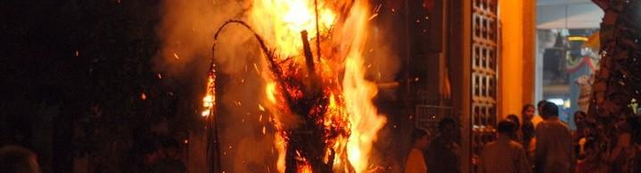 Das erste Band der Fantasy Bücher aus der Ryūjin Saga. Drachenfeuer vor einem Tempel.